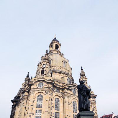 Frauenkirche mit Martin Luther davor