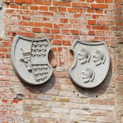 Links das Wappen der Familie Krassow. Rechts: keine Ahnung