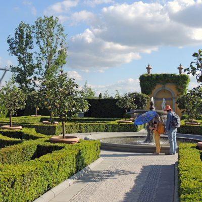 Chinesischer Schirm im Italienischer Renaissancegarten