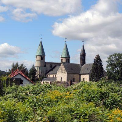 Blick auf die Stiftskirche Sankt Cyriakus