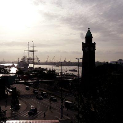Landungsbrücke mit Elbphilharmonie im Hintergrund