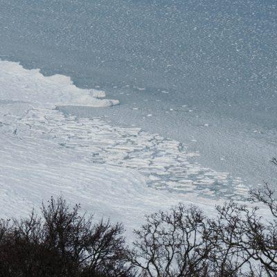 gefaltetes Eis am Strand