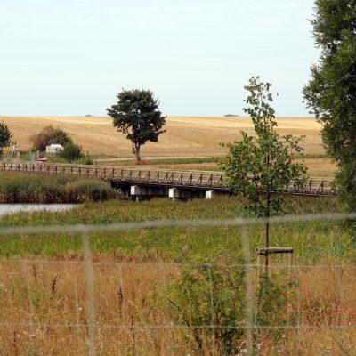 Blick zur Holzbrücke