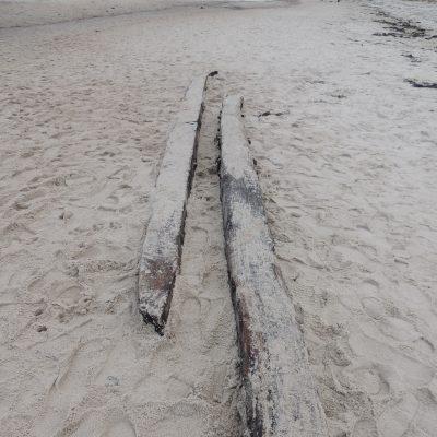 Die Planken haben sich schon gelöst und liegen ein paar Meter weiter.