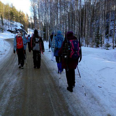 Auf zur ersten Wanderung mit den Schneeschuhen auf den Rucksäcken