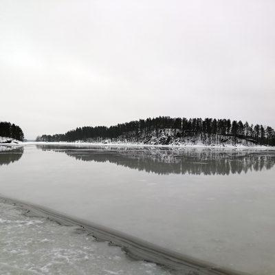 Der Schnee auf dem Eis ist geschmolzen