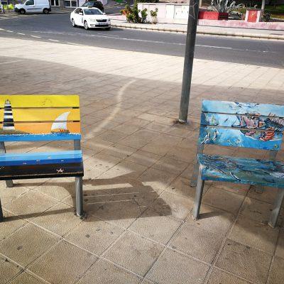 bunte Sitzgelegenheiten am Strand von Puerto del Rosario